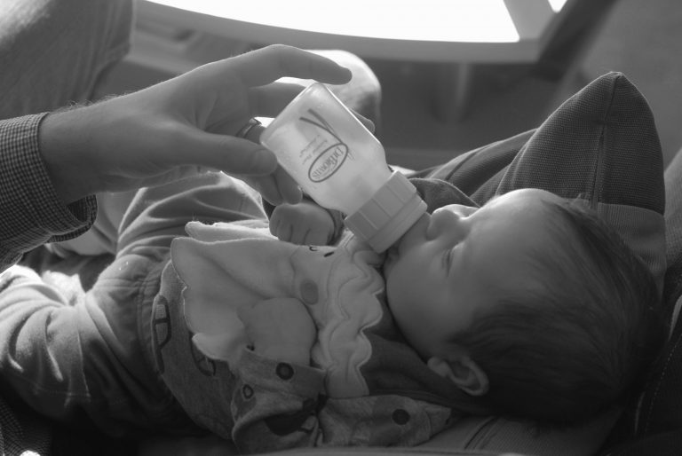 Read more about the article How to Successfully wean your Baby from the Feeding-bottle to Cup